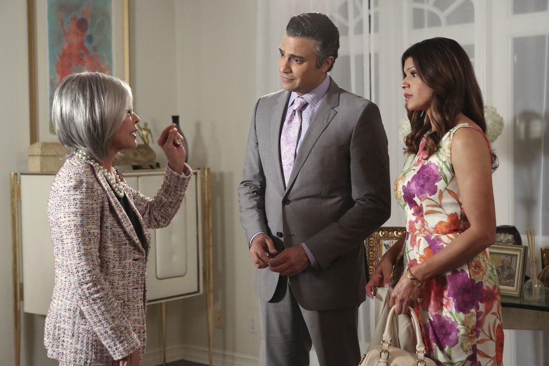 Xo (Andrea Navedo, r.) ist nicht begeistert, als sich Rogelios (Jaime Camil, M.) Mutter Liliana (Rita Moreno, l.) ankündigt, da sie keine gute Verga... - Bildquelle: 2014 The CW Network, LLC. All rights reserved.