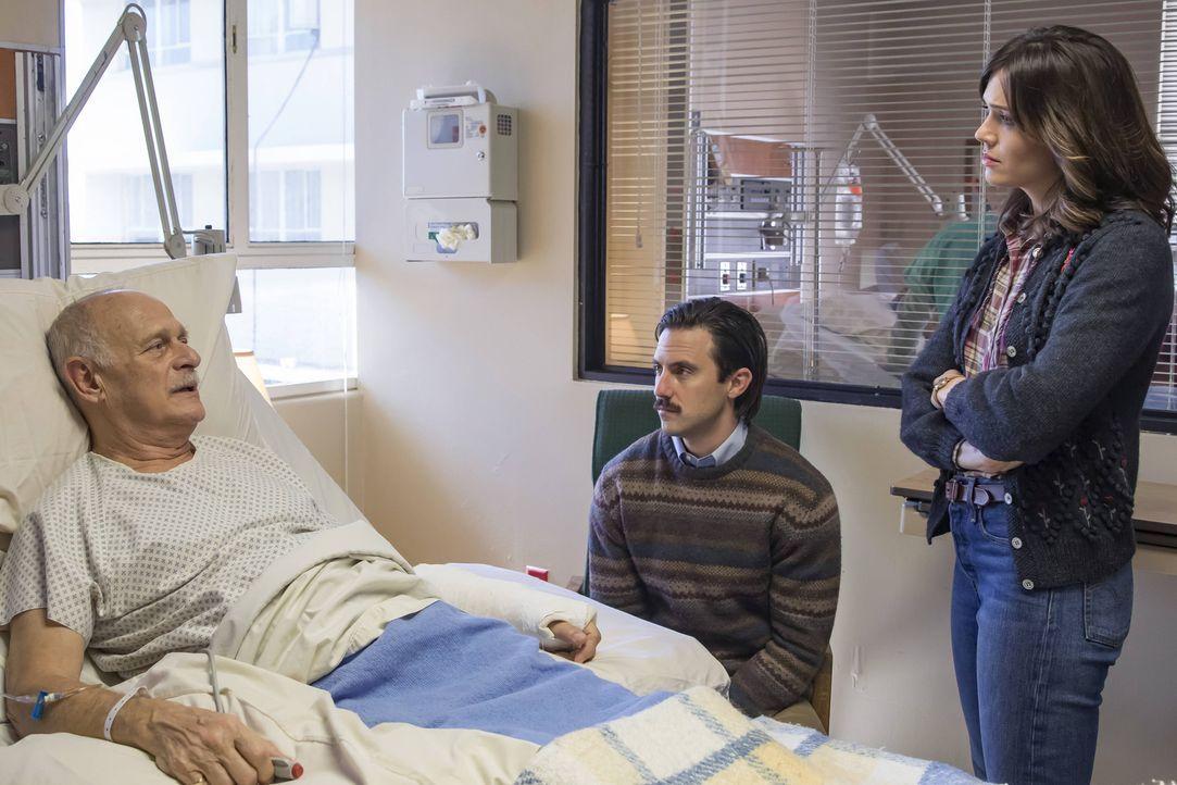 Als Rebecca (Mandy Moore, r.) und Jack (Milo Ventimiglia, M.) mit Kate wegen einer Blinddarmentzündung ins Krankenhaus müssen, treffen sie dort auf... - Bildquelle: Ron Batzdorff 2016-2017 Twentieth Century Fox Film Corporation.  All rights reserved.   2017 NBCUniversal Media, LLC.  All rights reserved.