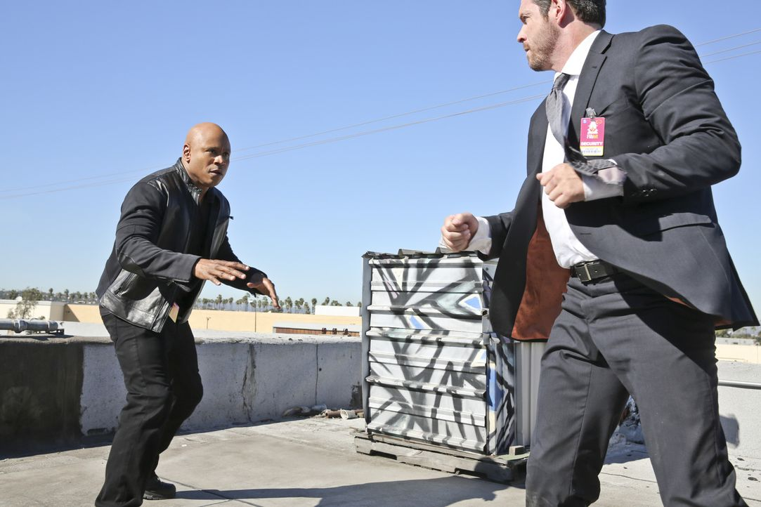 Bei den Ermittlungen: Sam (LL Cool J, l.) ... - Bildquelle: Michael Yarish 2015 CBS Broadcasting, Inc. All Rights Reserved.