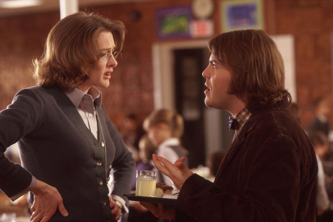 Noch ahnt die überaus strenge Direktorin der elitären Eliteschule, Mrs. Mullins (Joan Cusack, l.), nicht, dass ihr Aushilfslehrer (Jack Black, r.) k... - Bildquelle: Paramount Pictures