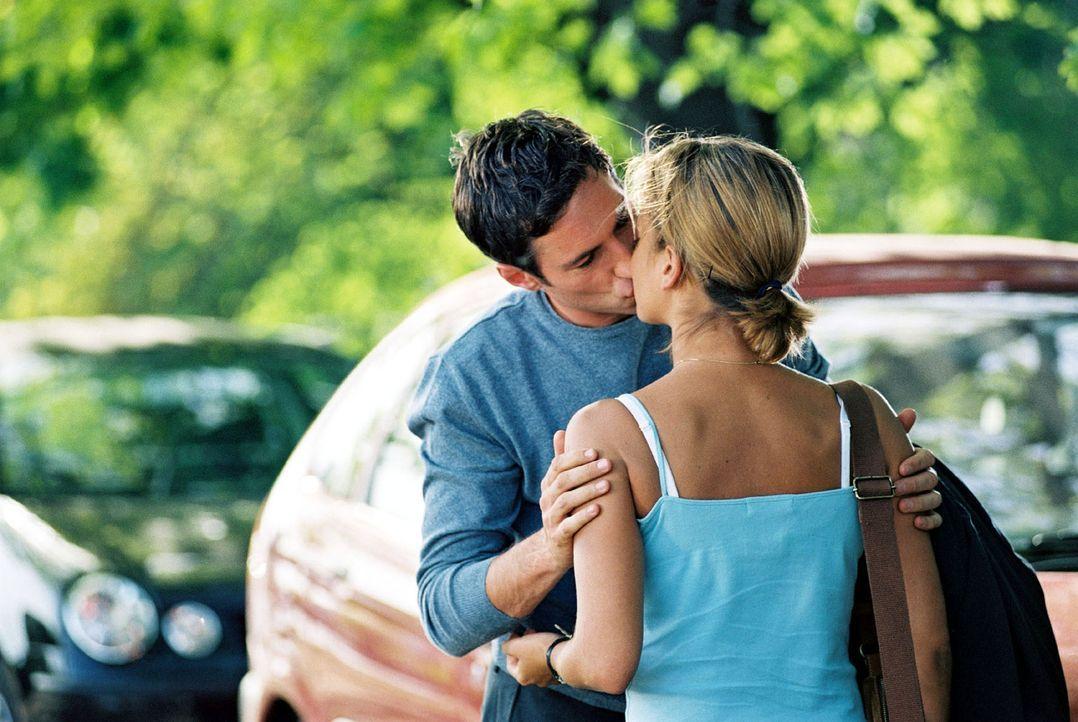 """Hannes (Benjamin Sadler, l.) """"testet"""" seine Gefühle für seine Braut Karen an der ahnungslosen Nina (Muriel Baumeister, r.). Ein Kuss mit Folgen ... - Bildquelle: Noreen Flynn Sat.1"""