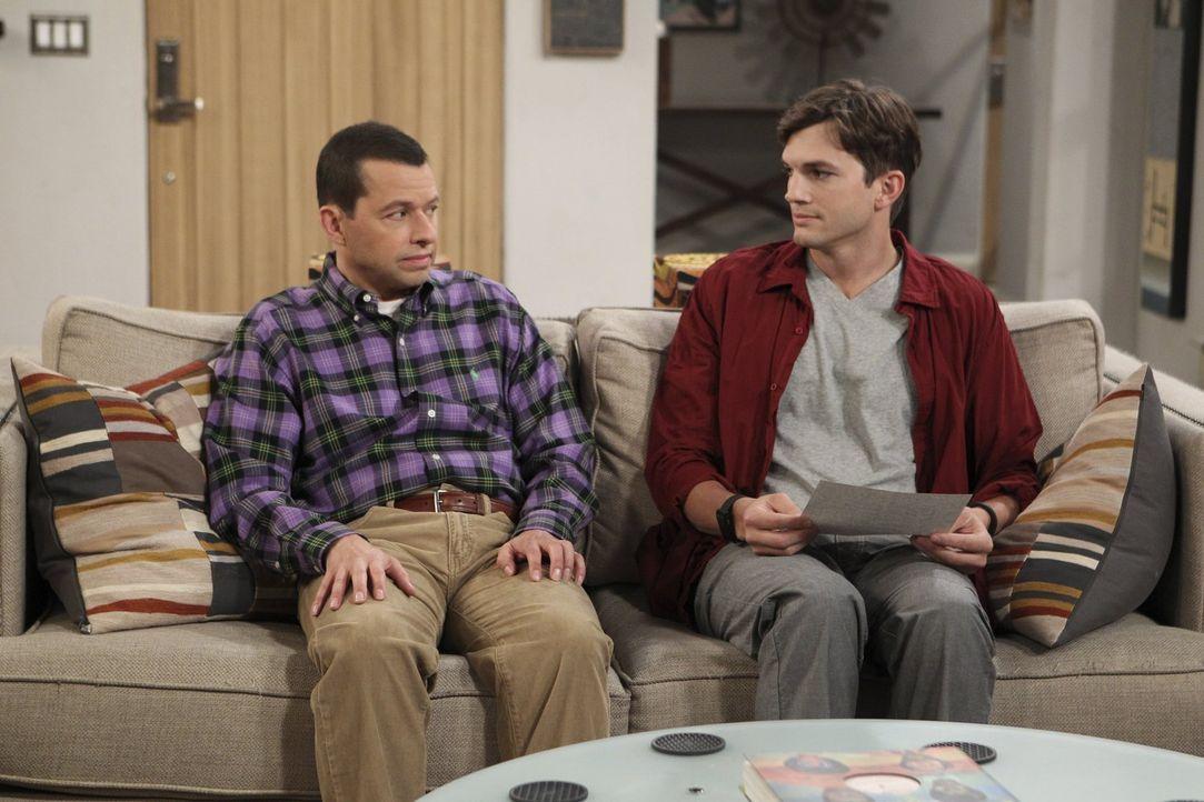 Da Berta sich eine Rückenverletzung zugezogen hat, überlegen Alan (Jon Cryer, l.) und Walden (Ashton Kutcher, r.), sie in ihren wohlverdienten Ruhes... - Bildquelle: Warner Brothers