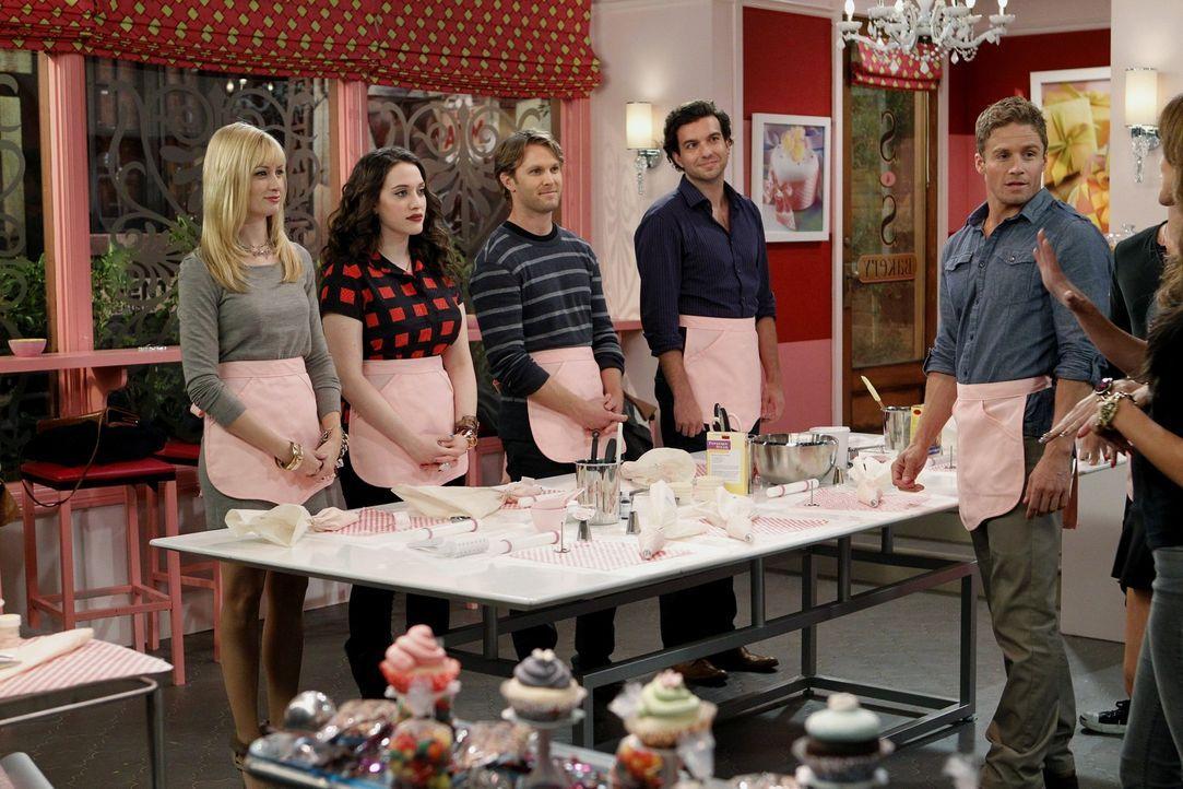 Aller Anfang ist schwer: Der Weiterbildungskurs für Cupcake-Dekoration bringt die Bäckerin Max (Kat Dennings, 2.v.l.) und ihre Freundin Caroline (... - Bildquelle: Warner Brothers