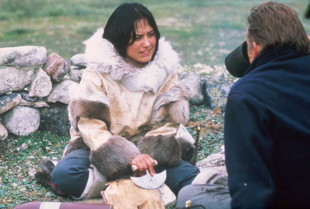 Kanaalaq (Annabella Piugattuk, l.) erklärt Charlie Halliday (Barry Pepper, r.) Dinge, die für das Überleben in freier Wildbahn unabkömmlich sind... - Bildquelle: Overseas Filmgroup
