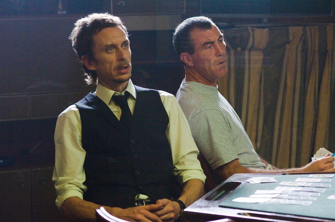 Cookie (Matt King, l.) zögert, als er von One Twos Plan erfährt ... - Bildquelle: Warner Bros.