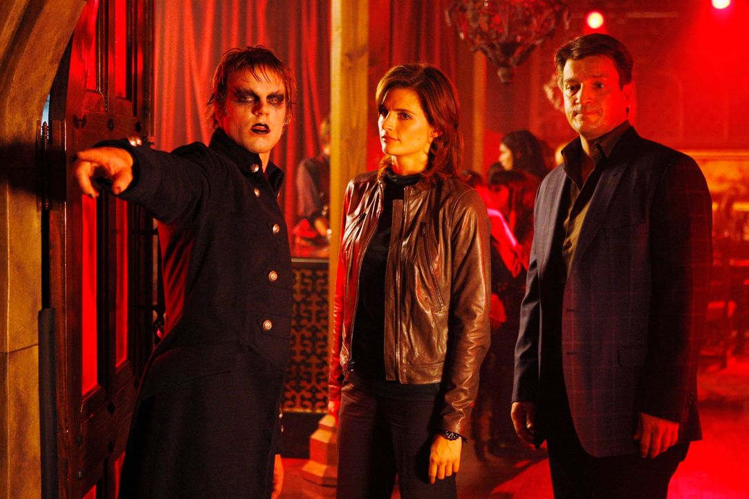 Der neue Fall führt Richard Castle (Nathan Fillion, r.) und Kate Beckett (Stana Katic, M.) in die Welt des Vampir Fetischismus ... - Bildquelle: ABC Studios