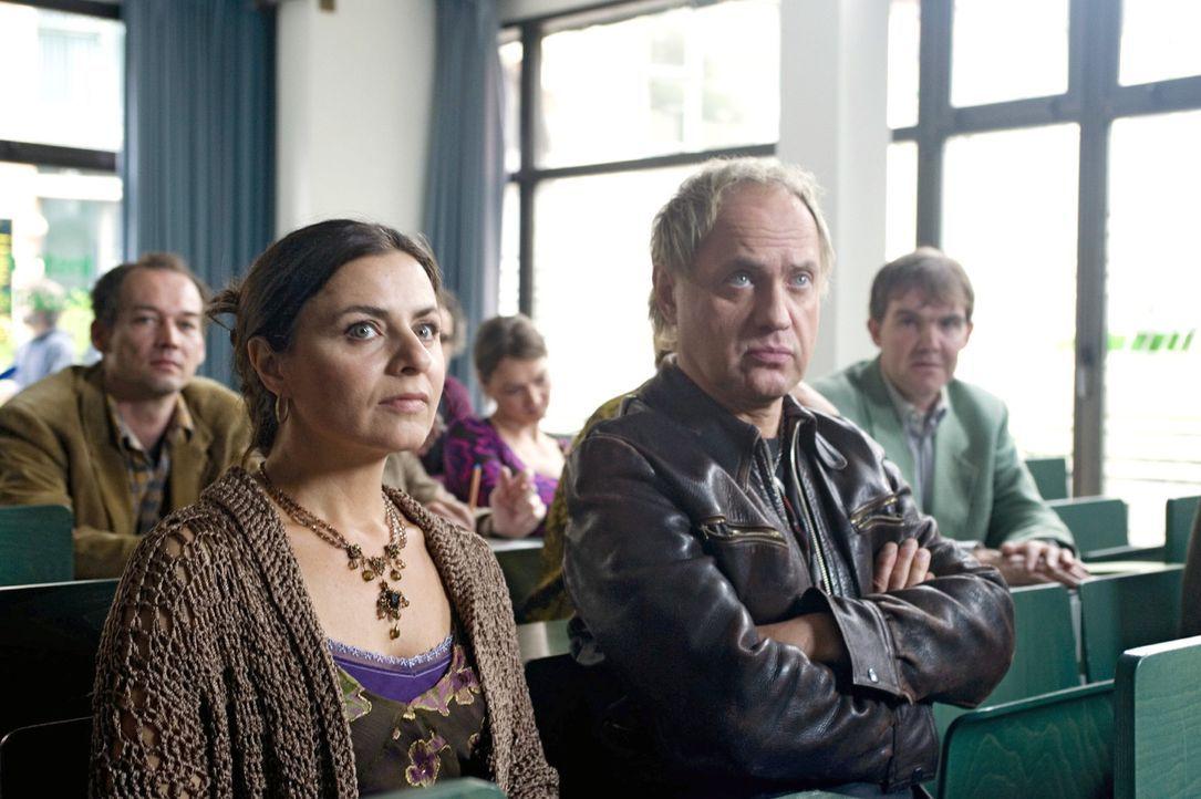 Carlo (Uwe Ochsenknecht, r.) besucht mit seiner Lehrerkollegin Cordula (Naomi Krauss, l.) ein Seminar für Mediatoren. - Bildquelle: Gordon Mühle Sat.1