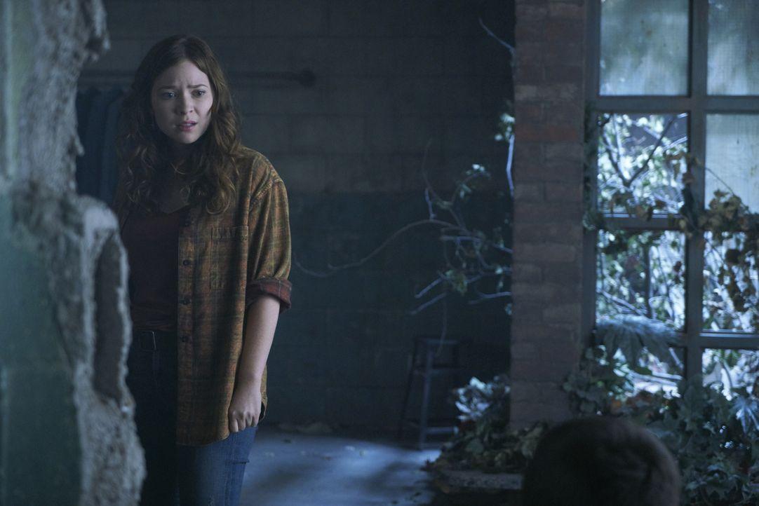 Während sich Katia (Sofia Banzhaf) Sorgen um die Sicherheit ihrer Familie macht, wecken seltsame Geschehnisse und Besucher auf Stonehaven das Intere... - Bildquelle: 2016 She-Wolf Season 3 Productions Inc.