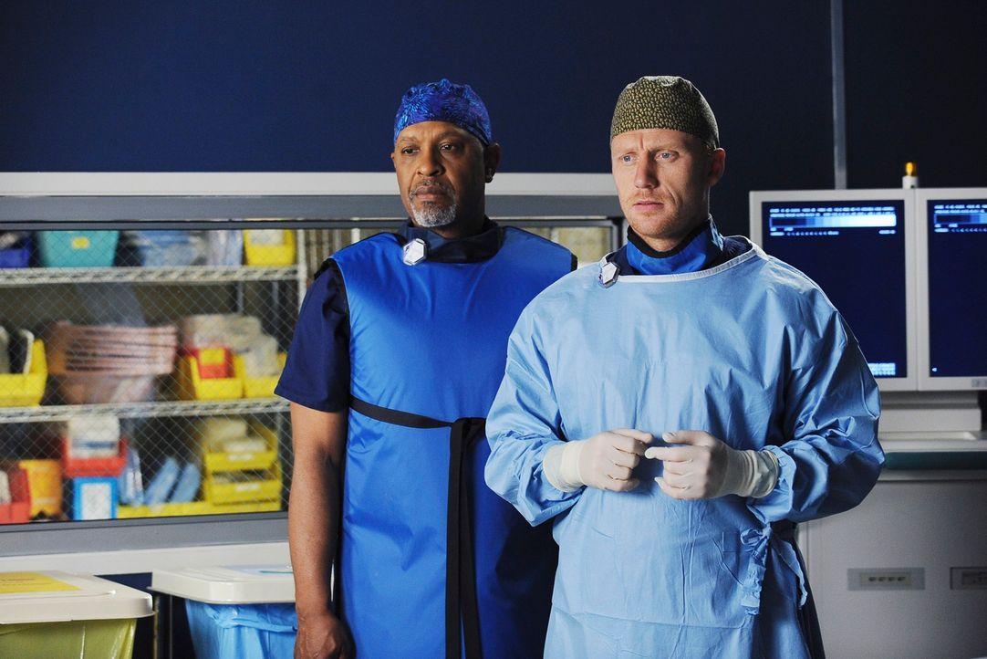 Gewillt, einen Patienten zu retten: Webber (James Pickens jr., l.) und Owen (Kevin McKidd, r.) ... - Bildquelle: Touchstone Television