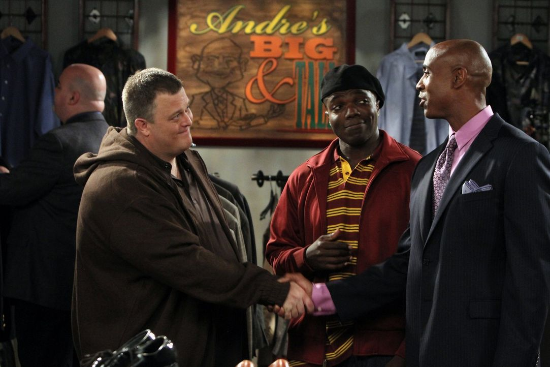 Mike (Billy Gardell, l.) fiebert seinem ersten Date mit Molly entgegen, doch Carl  (Reno Wilson, M.) hat Bedenken, dass er in seinen gewohnten Klamo... - Bildquelle: 2010 CBS Broadcasting Inc. All Rights Reserved.
