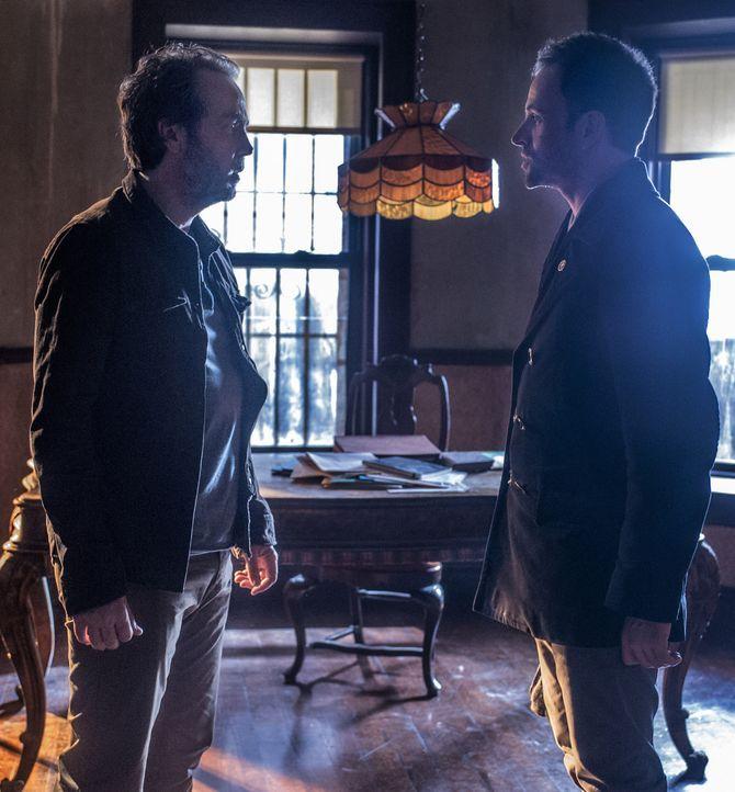 Als Rhys (John Hannah, l.), Sherlock Holmes (Jonny Lee Miller, r.) ehemaliger Drogendealer auftaucht und ihn um Hilfe bittet, wird seine Abstinenz i... - Bildquelle: CBS Television