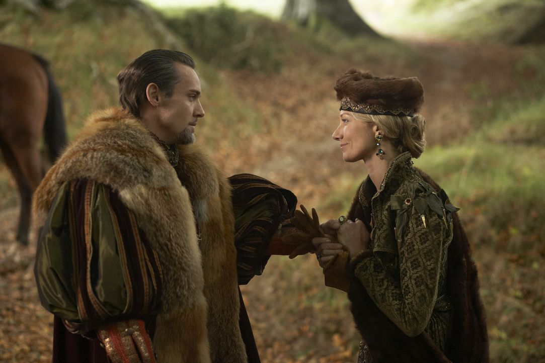 Während Königin Catherine (Joely Richardson, r.) scheinbar alle Dinge im Griff hat, wird König Henry der VIII. (Jonathan Rhys Meyers, l.) ungedul... - Bildquelle: 2010 TM Productions Limited/PA Tudors Inc. An Ireland-Canada Co-Production. All Rights Reserved.
