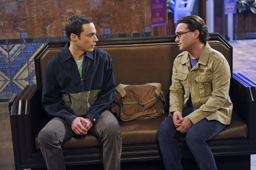 Sheldon (Jim Parsons, l.) regt sich über seine Karriere, die Zerstörung des Comicladens und die zukünftigen Wohnpläne von Penny und Leonard (Johnny... - Bildquelle: Warner Brothers