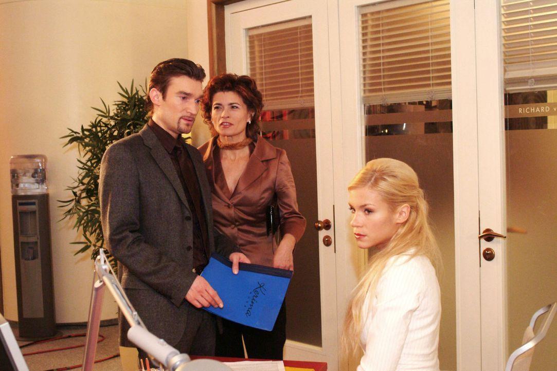 Sabrina (Nina-Friederike Gnädig, r.) muss hinnehmen, dass ihr von Richard (Karim Köster, l.) und Sophie (Gabrielle Scharnitzky, M.) die Vorbereitu... - Bildquelle: Monika Schürle Sat.1