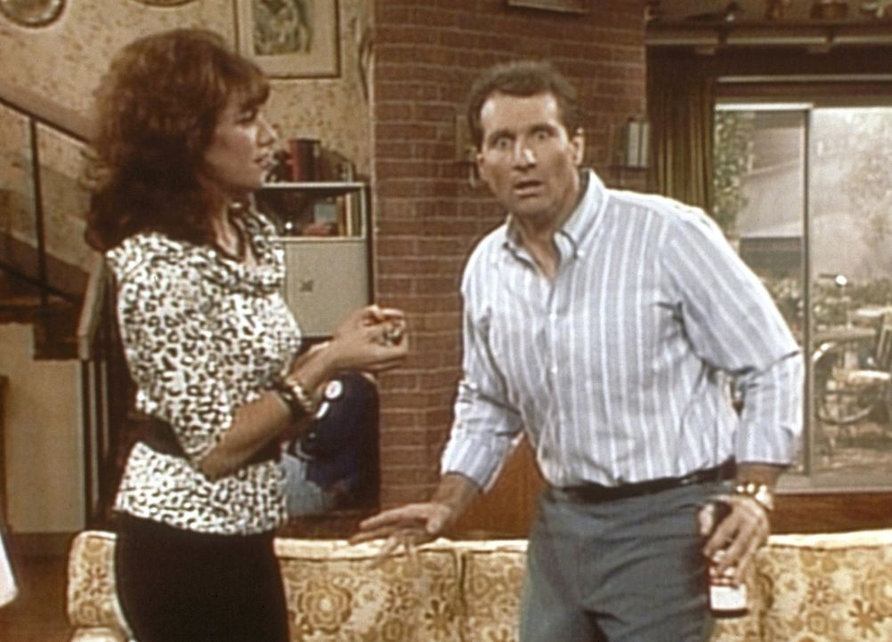 Al (Ed O'Neill, r.) ist entsetzt, als er von Peggy (Katey Sagal, l.) erfährt, dass ihre Mutter zu Besuch kommen will. - Bildquelle: Columbia Pictures