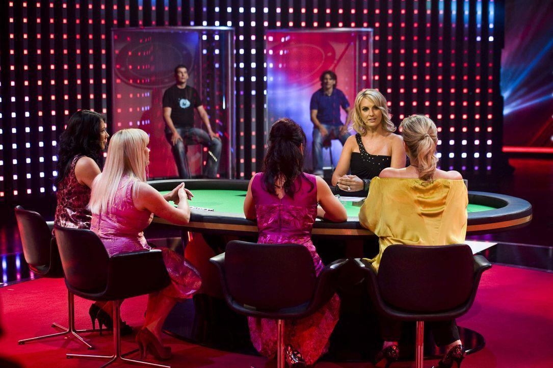 Zerrin (l.), Ursula (2.v.l.), Doreen (M.) und Yasmina (r.) zocken am Pokertisch mit Britt Hagedorn (2.v.r.) um das Können ihrer Männer ... - Bildquelle: SAT.1
