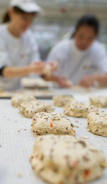 Unser täglich Brot gibt uns heute - nur möglich durch Nachtarbeiter. - Bildquelle: dpa