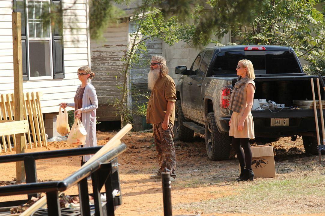 Die Robertsons (v.l.n.r.: Missy Robertson, Phil Robertson, Jessica Robertson) sind seit Jahren mit der Familie Lewis befreundet, umso mehr freut es... - Bildquelle: 2013 A+E Networks