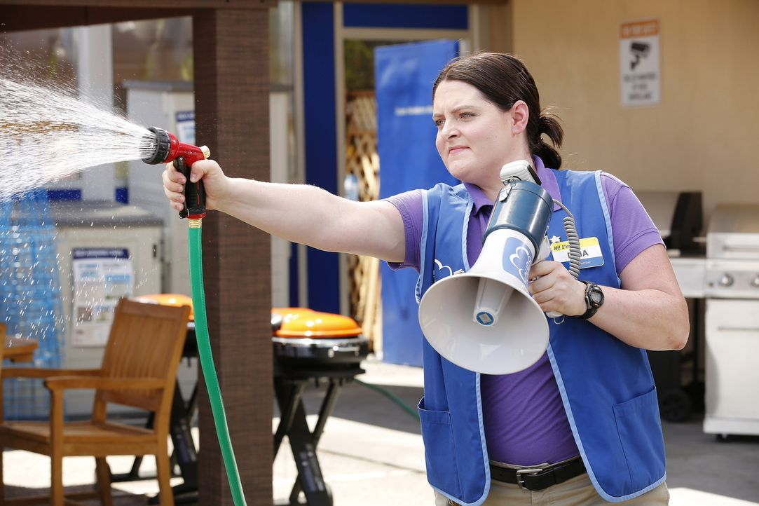 Dina (Lauren Ash) gibt alles, um dem Streik ein Ende zu setzen. Schließlich möchte sie als Assistant Manager vor der Bezirksleitung glänzen. Kann si... - Bildquelle: Trae Patton 2016 Universal Television LLC. ALL RIGHTS RESERVED.