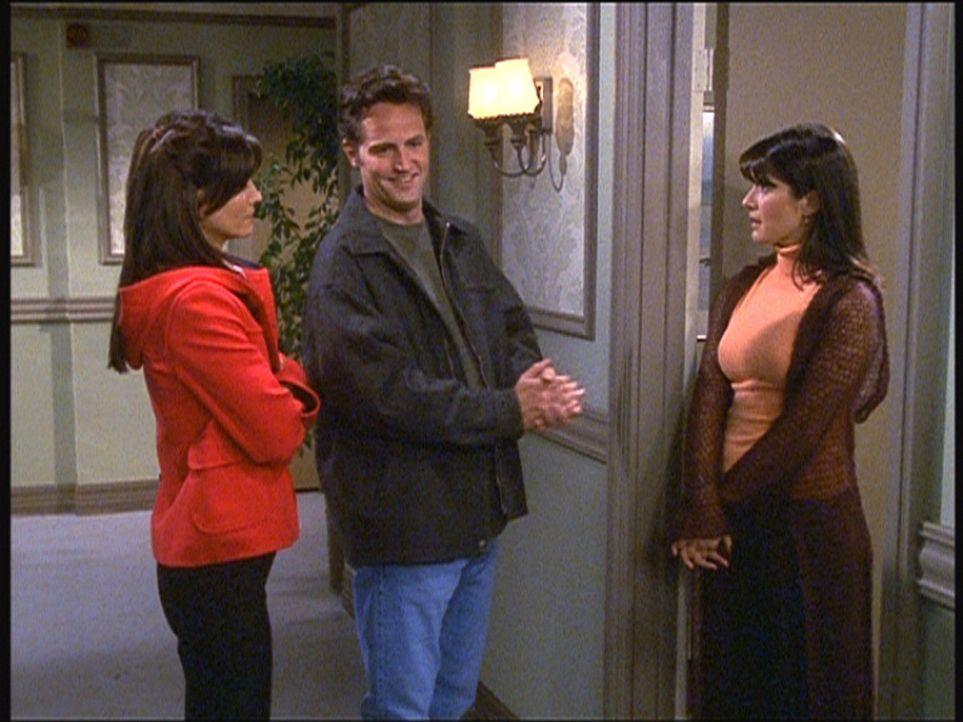 Monica (Courteney Cox, l.) sorgt dafür, dass Chandler (Matthew Perry, M.) sich bei seiner Ex-Freundin dafür entschuldigt, dass er sie früher verl... - Bildquelle: TM+  2000 WARNER BROS.