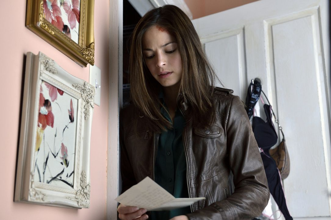 Als Catherine (Kristin Kreuk) erfährt, dass Vincent bereits Verlobt war, geraten ihre Gefühle völlig durcheinander ... - Bildquelle: 2012 The CW Network. All Rights Reserved.