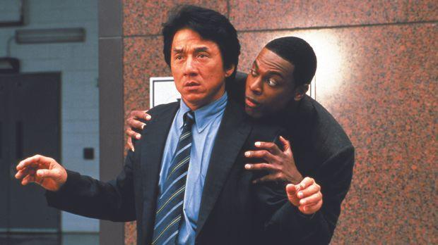 Während ihres Urlaubs in Honkong stolpern die Ermittler Lee (Jackie Chan, l.)...