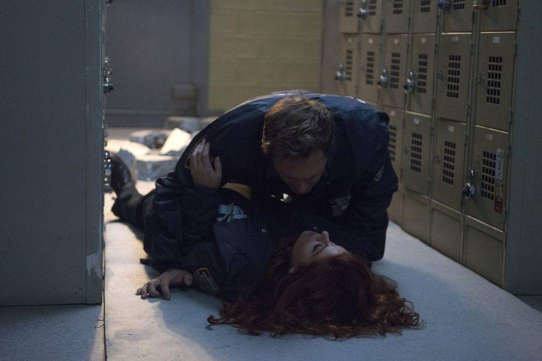 Eine Explosion bringt Jake (Josh Lucas, oben) und Laura (Debra Messing, unten) näher zusammen ... - Bildquelle: 2015 Warner Bros. Entertainment, Inc.