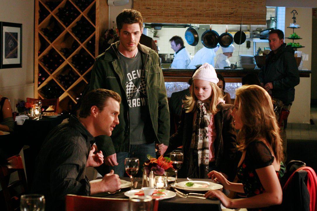 Justin (Dave Annable, 2.v.l.) stört Tyler (Marika Dominczyk, r.) und ihren Freund (Oliver Macready, l.) bei einem Date, um ihr zu sagen, was er fü... - Bildquelle: Disney - ABC International Television
