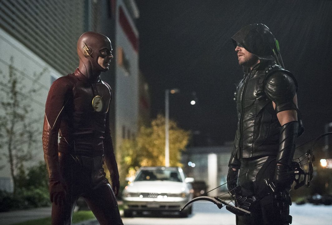 Als sich der Rettungsversuch von Kendra anders entwickelt als erwartet, sind sich Barry alias The Flash (Grant Gustin, l.) und Oliver alias Green Ar... - Bildquelle: 2015 Warner Brothers.