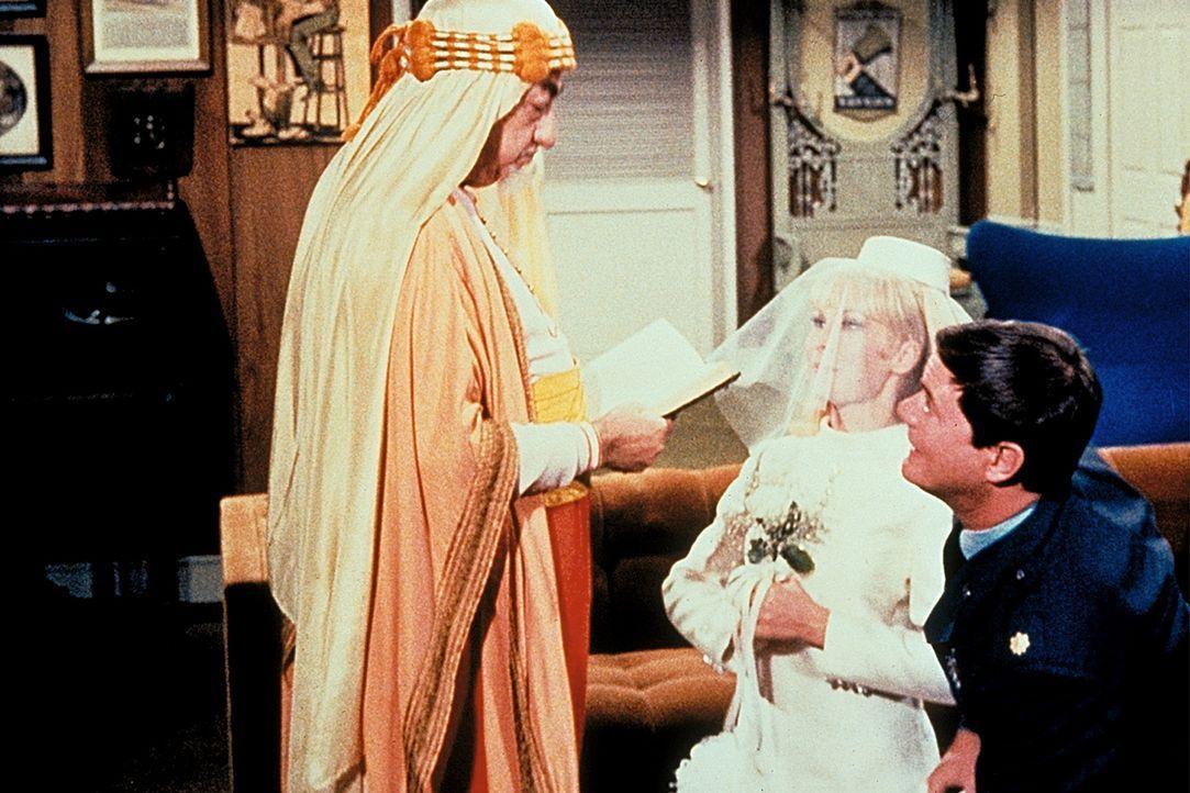 Der falsche Tony (Larry Hagman, r.) hat Jeannie (Barbara Eden, M.) einen Heiratsantrag gemacht. Ein arabischer Priester (Benny Rubin, l.) will sie n...