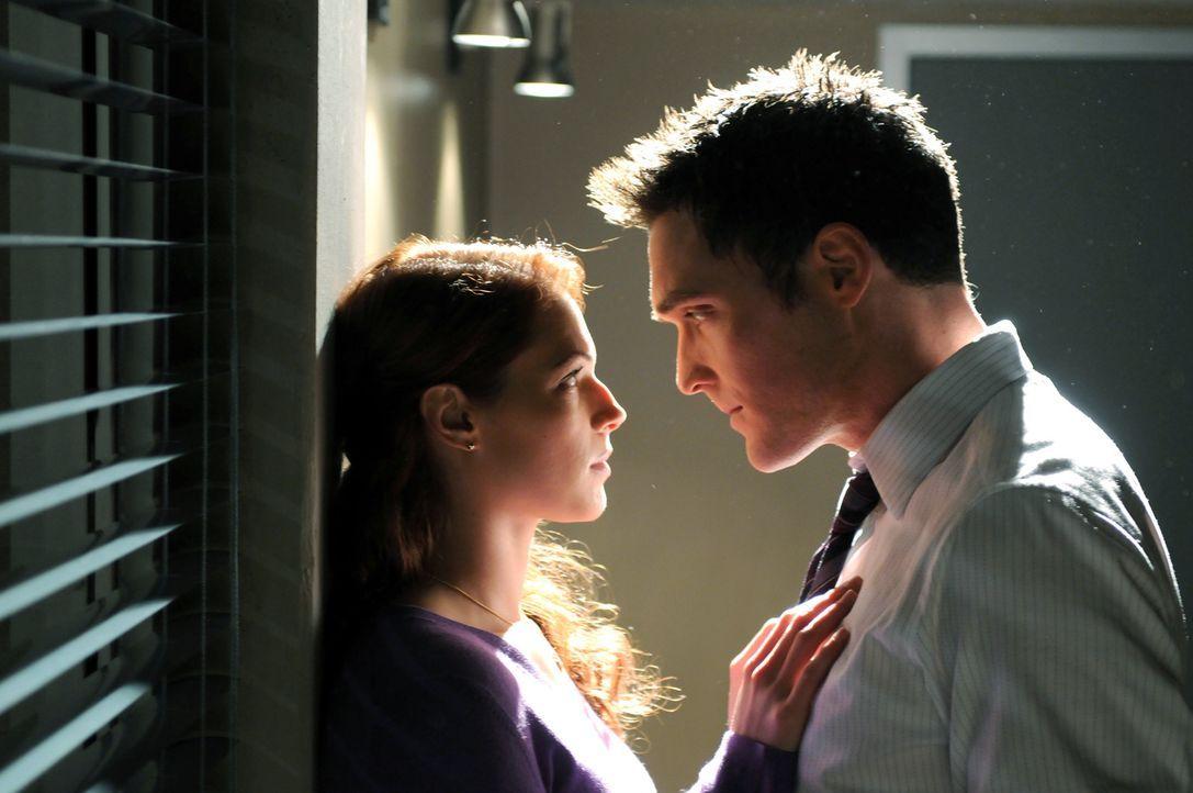 Special Agent Hightower stellt die Agents Rigsby (Owain Yeoman, r.) und van Pelt (Amanda Righetti, l.) vor die Wahl, entweder deren sexuelle Beziehu... - Bildquelle: Warner Bros. Television