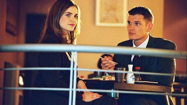 Edel & Starck - Sandra (Rebecca Immanuel, l.) ist mit Tim (Götz Otto, r.) zum...