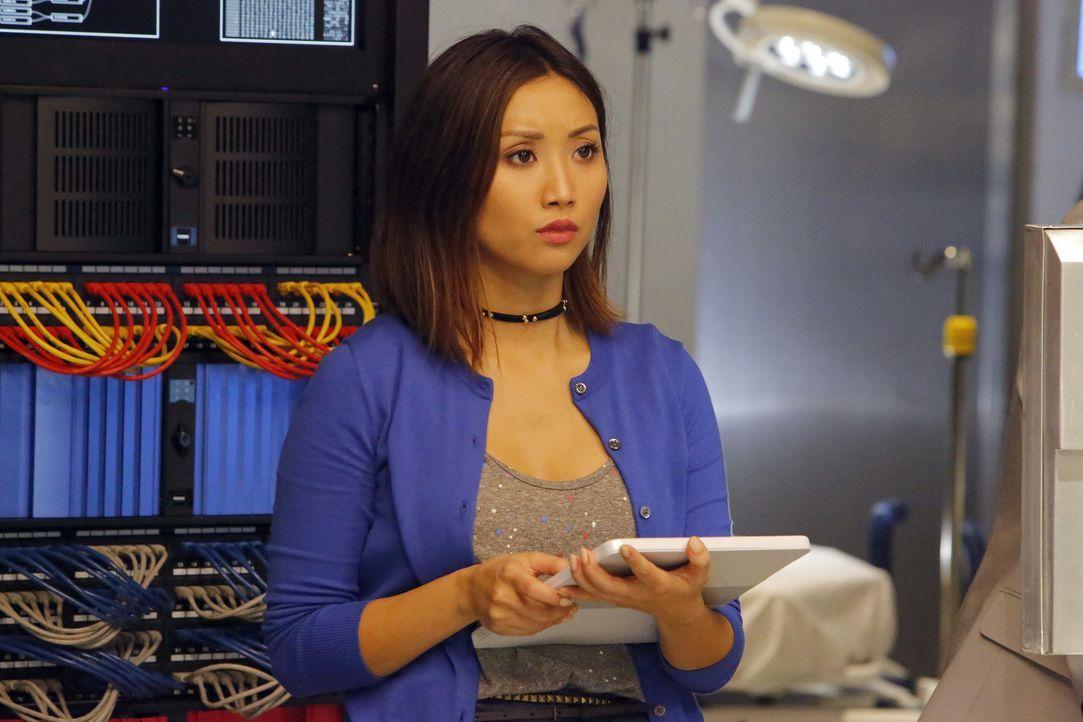 Angie (Brenda Song) muss alles geben, um einen Roboter zu bauen, der eine Patientin an mehreren Stellen gleichzeitig operieren kann und von einem Ar... - Bildquelle: Bill Inoshita 2016 CBS Broadcasting, Inc. All Rights Reserved