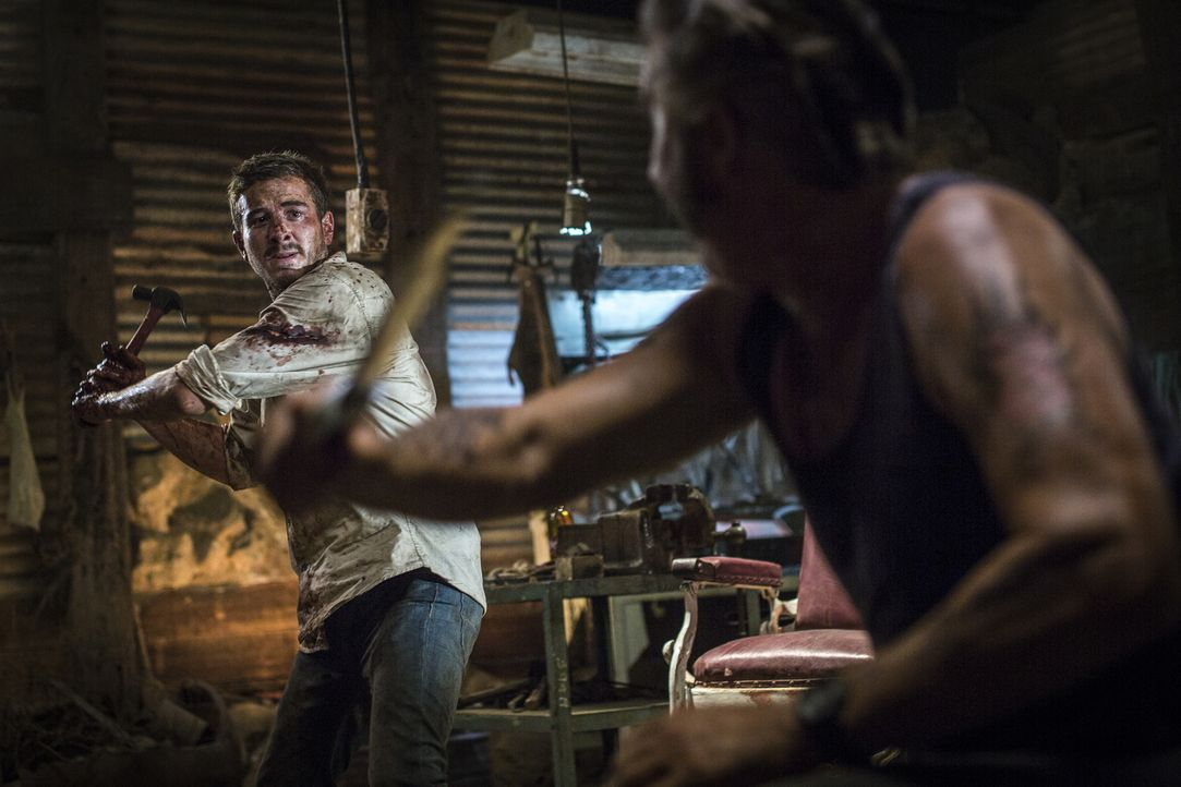 Der Serienkiller Mick Taylor (John Jarratt, r.) durchstreift das Outback von Australien auf der Suche nach unvorsichtigen Rucksacktouristen. Als ihm... - Bildquelle: Mark Rogers 2013