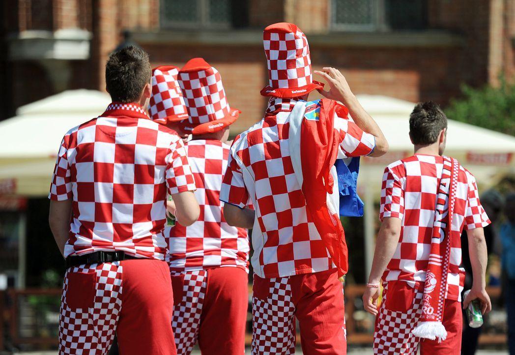 WM-kroatische-Fussball-Fans-120618-dpa - Bildquelle: dpa