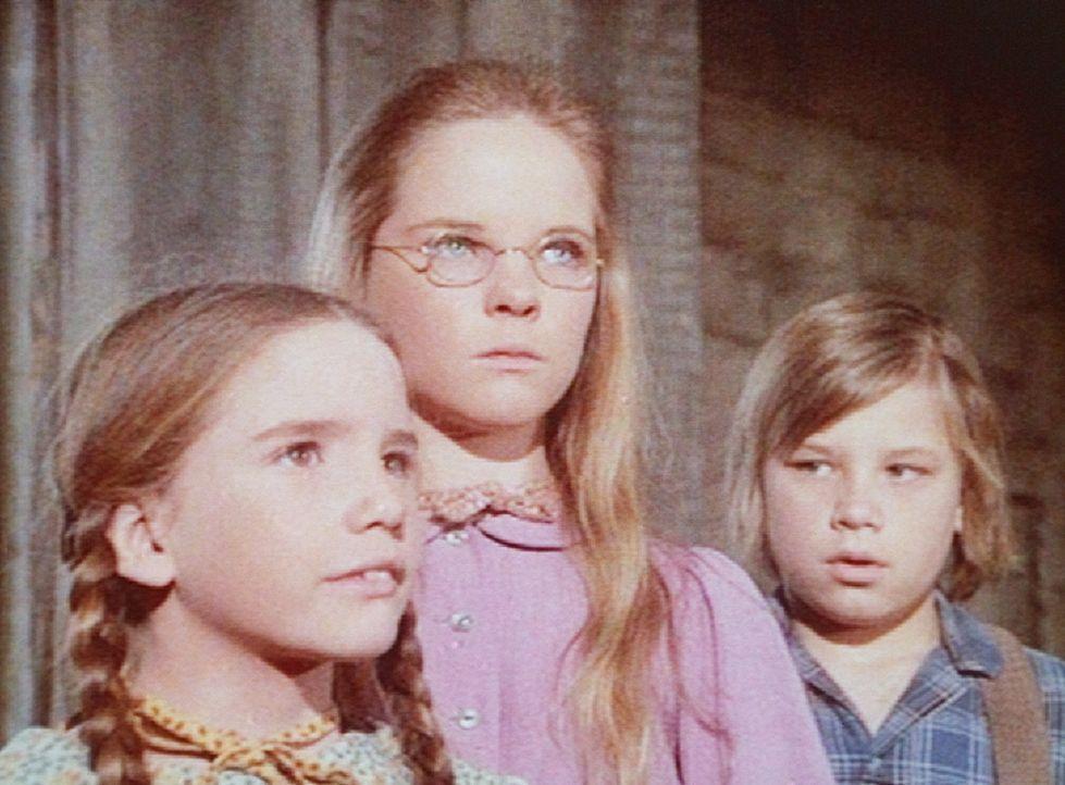 Laura (Melissa Gilbert, l.), Mary (Melissa Sue Anderson, M.) und Carl (Brian Part) bitten Charles darum, ihn auf seiner Zugreise begleiten zu dürfen. - Bildquelle: Worldvision