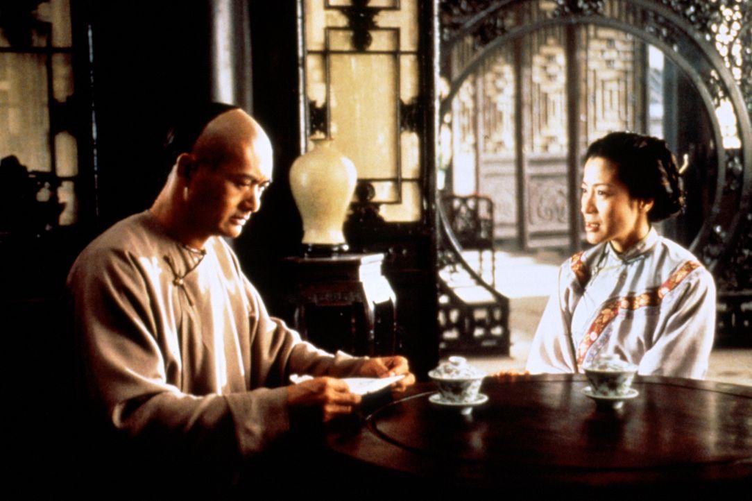 Der alternde Krieger Li Mu Bai (Chow Yun-Fat, l.) will sich aus dem Geschäft des Tötens zurückziehen, um endlich Zeit für seine große Liebe Yu... - Bildquelle: ARTHAUS Filmverleih