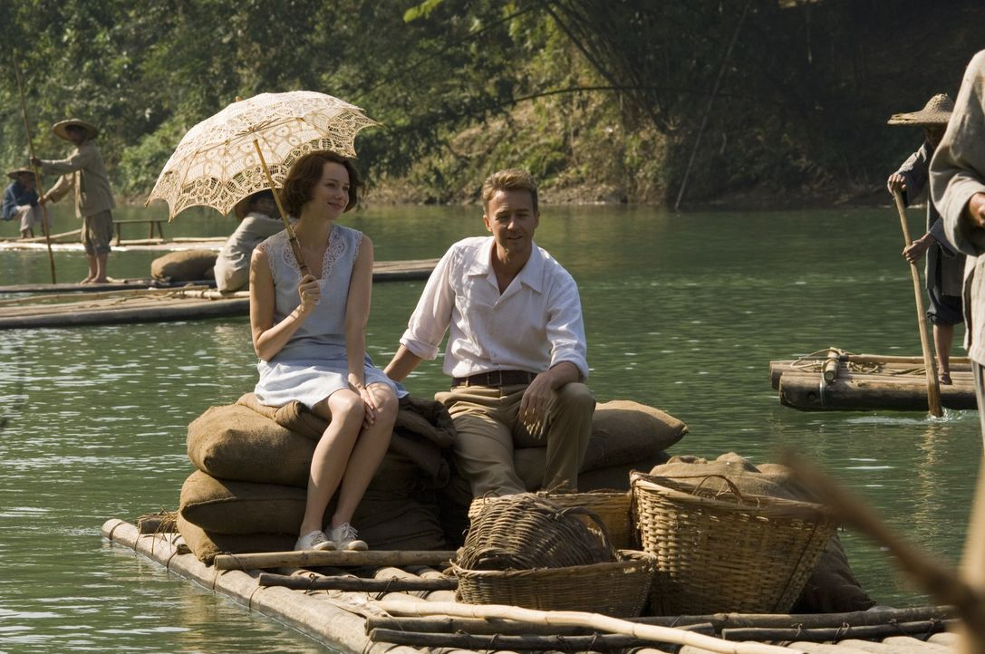 Durch die schwierige Zeit in einem Choleragebiet finden Kitty (Naomi Watts, l.) und Walter (Edward Norton, r.) endlich zueinander ... - Bildquelle: 2006 Yari Film Group Releasing, LLC. All Rights Reserved.