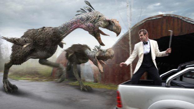 Riesenvögel gehen auf Danny Quinn (Jason Flemyng) los. Todesmutig nimmt er de...