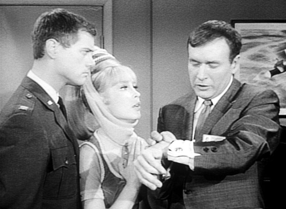Tony (Larry Hagman, l.) ist zunächst machtlos, da Roger (Bill Daily, r.) Jeannies (Barbara Eden, M.) Flasche in den Tresor gesperrt hat ... - Bildquelle: Columbia Pictures