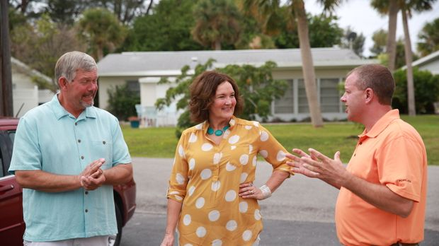 Immobilienmakler Jim Benson (r.) präsentiert dem Lehrerpaar Jim (l.) und Lisa...