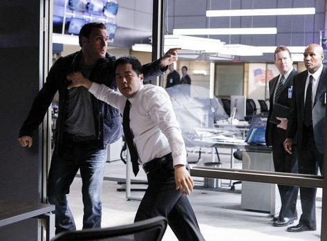The Mentalist - Es gelingt Cho (Tim Kang, vorne r.) kaum, Rigsby (Owain Yeoma...