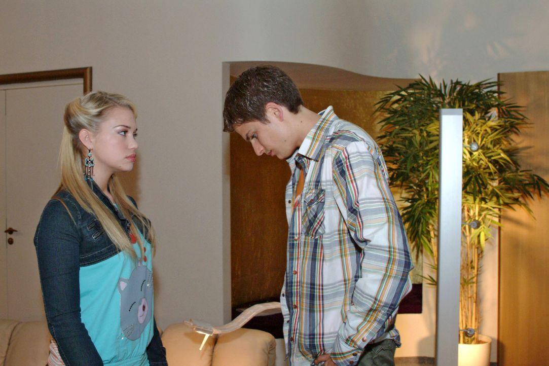Kim (Lara-Isabelle Rentinck, l.) ist enttäuscht, dass Timo (Matthias Dietrich, r.) ihr nicht mehr zuhört und von ihren Problemen nichts wissen will. - Bildquelle: Monika Schürle Sat.1