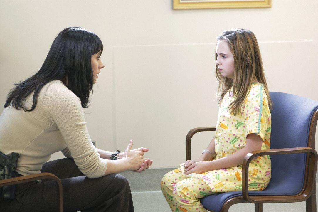 """Weil das entführte Mädchen """"unbrauchbar"""" ist, da sie an Epilepsie leidet, wird sie in eine Decke gehüllt von ihren Entführern aus dem Auto gewor... - Bildquelle: Touchstone Television"""