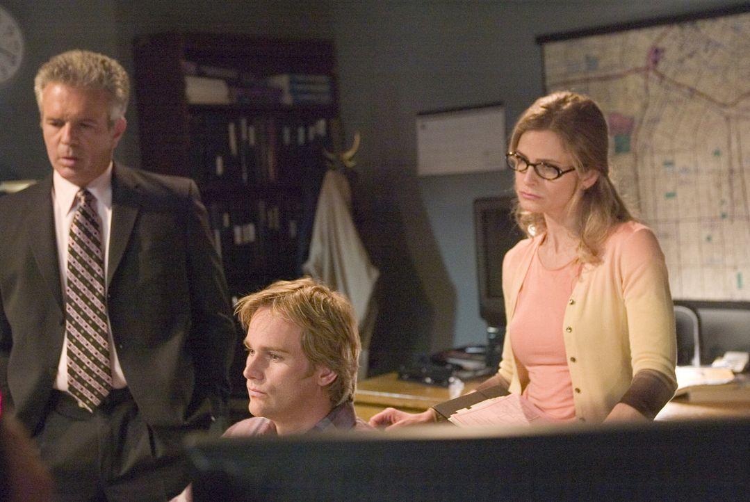 Ihre Ermittlungen im Fall der ermordeten Prostituierten Zoya führen Brenda (Kyra Sedgwick, r.) und ihre Kollegen (Anthony John Denison, l. und Phill... - Bildquelle: Warner Brothers