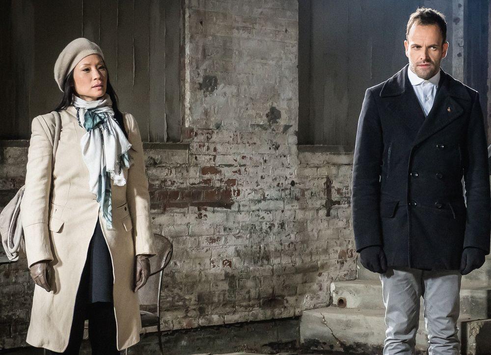 Holmes (Jonny Lee Miller, r.) und Watson (Lucy Liu, l.) statten Moriarty einen Besuch im Gefängnis ab. Dabei stellen sie fest, dass sie dort ein zie... - Bildquelle: CBS Television
