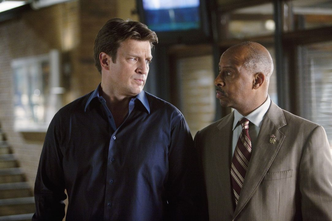 Der aktuelle Fall zieht immer weitere Kreise: Captain Roy Montgomery (Ruben Santiago-Hudson, r.) und Richard Castle (Nathan Fillion, l.) - Bildquelle: 2011 American Broadcasting Companies, Inc. All rights reserved.