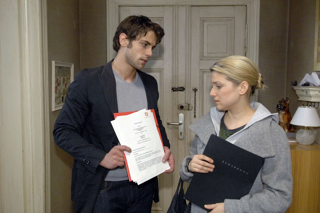 Jonas (Roy Peter Link, l.) bittet Anna (Jeanette Biedermann, r.), für und mit ihm zu arbeiten. - Bildquelle: Claudius Pflug Sat.1