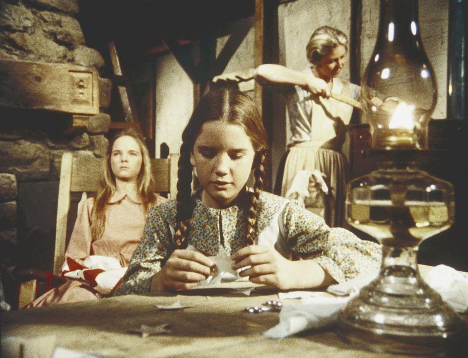 Mary (Melissa Sue Anderson, l.), Laura (Melissa Gilbert, M.) und ihre Mutter (Karen Grassle, r.) unterhalten sich in der Küche. - Bildquelle: Worldvision