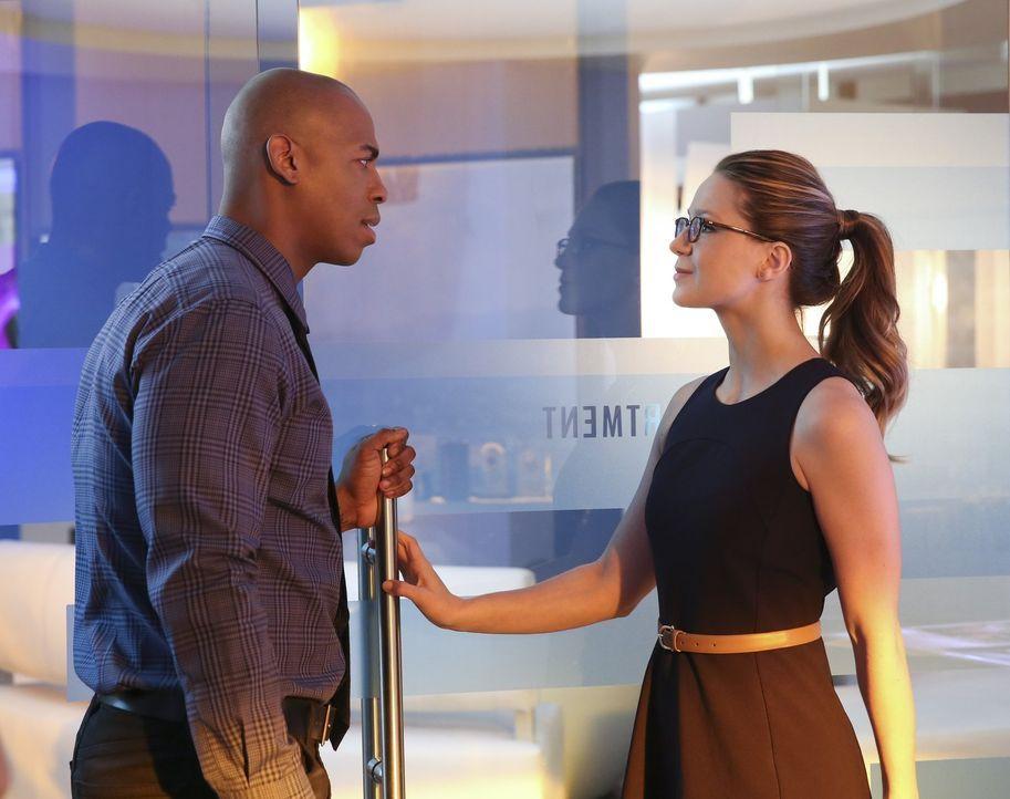 James (Mehcad Brooks, l.) kann nicht verstehen, warum Kara alias Supergirl (Melissa Benoist, r.) ihn plötzlich auf Abstand hält. Er weiß nicht, dass... - Bildquelle: 2015 Warner Bros. Entertainment, Inc.
